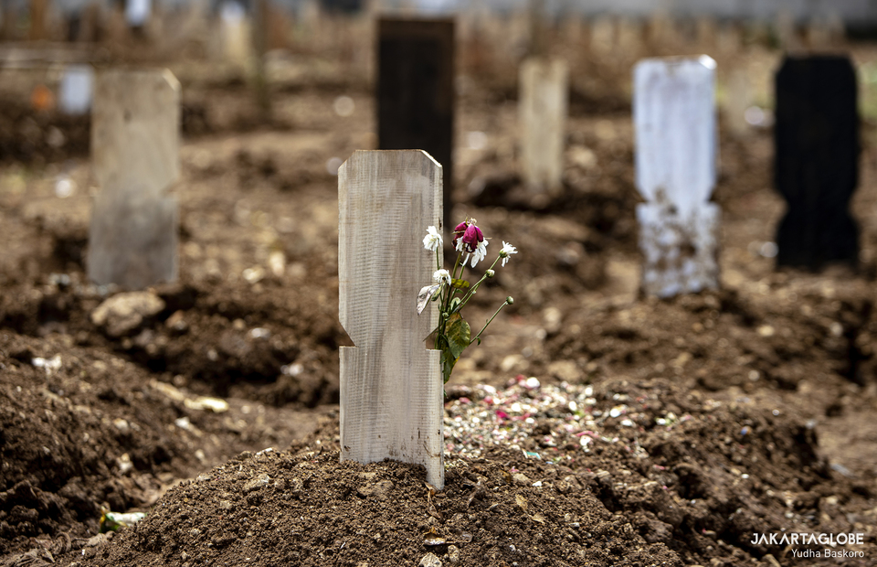 Flower of death is seen at Srengseng Sawah public cemetery in South Jakarta on Tuesday (26/01). (JG Photo/Yudha Baskoro)