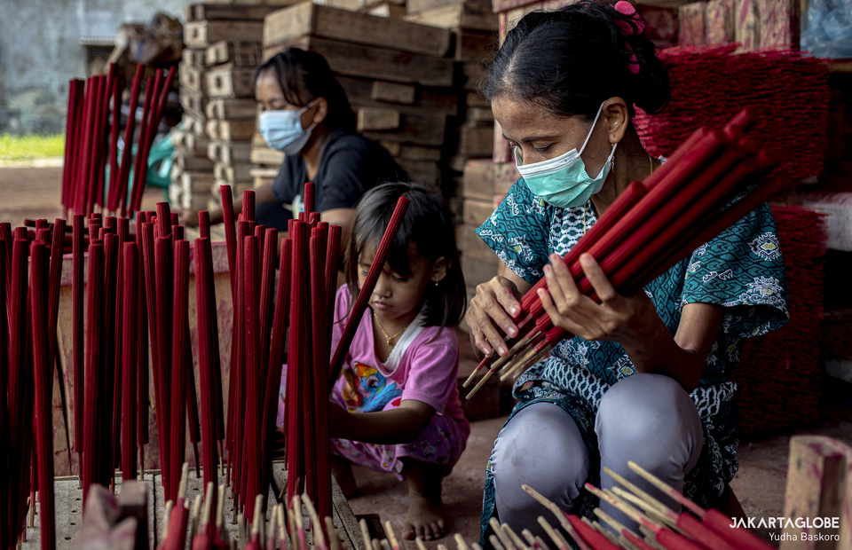 Workers collects incenses that ready to package at a home industry in Tangerang on Feb, 1, 2021. (JG Photo/Yudha Baskoro)