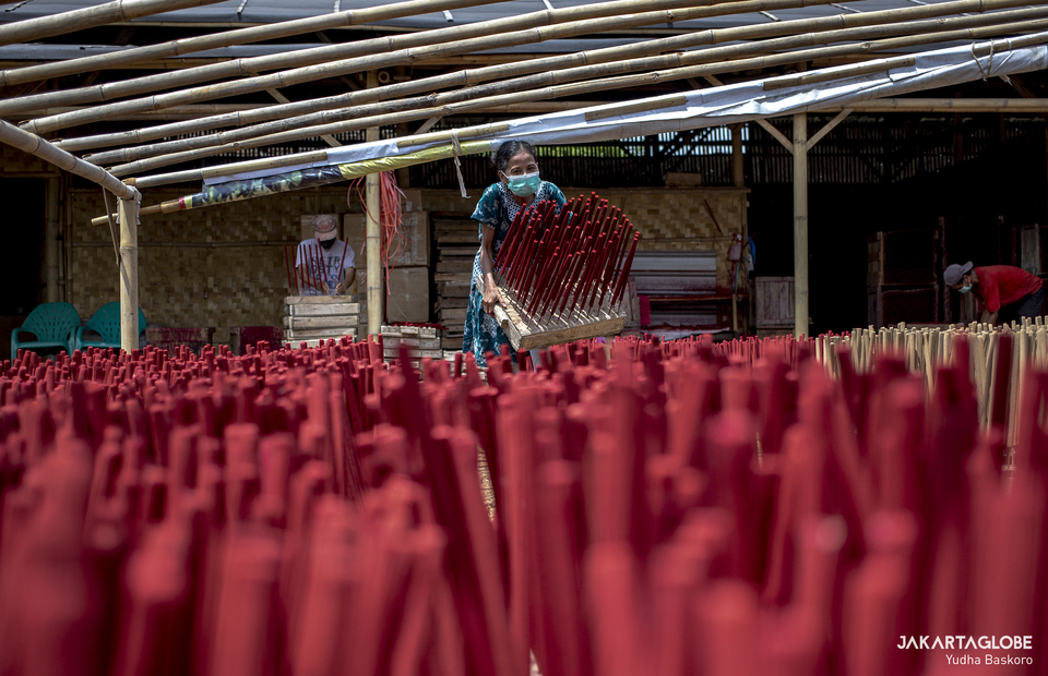 A worker carries dried incenses that ready to package at a home industry in Tangerang on Feb, 1, 2021. (JG Photo/Yudha Baskoro)