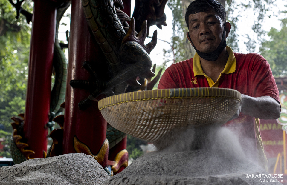 A man sieves ash at Armurva Bhumi Temple (Hok Tek Tjeng Sin) at Karet Semanggi, in South Jakarta, on Feb, 4, 2021 in preparation for Chinese New Year. (JG Photo/Yudha Baskoro)