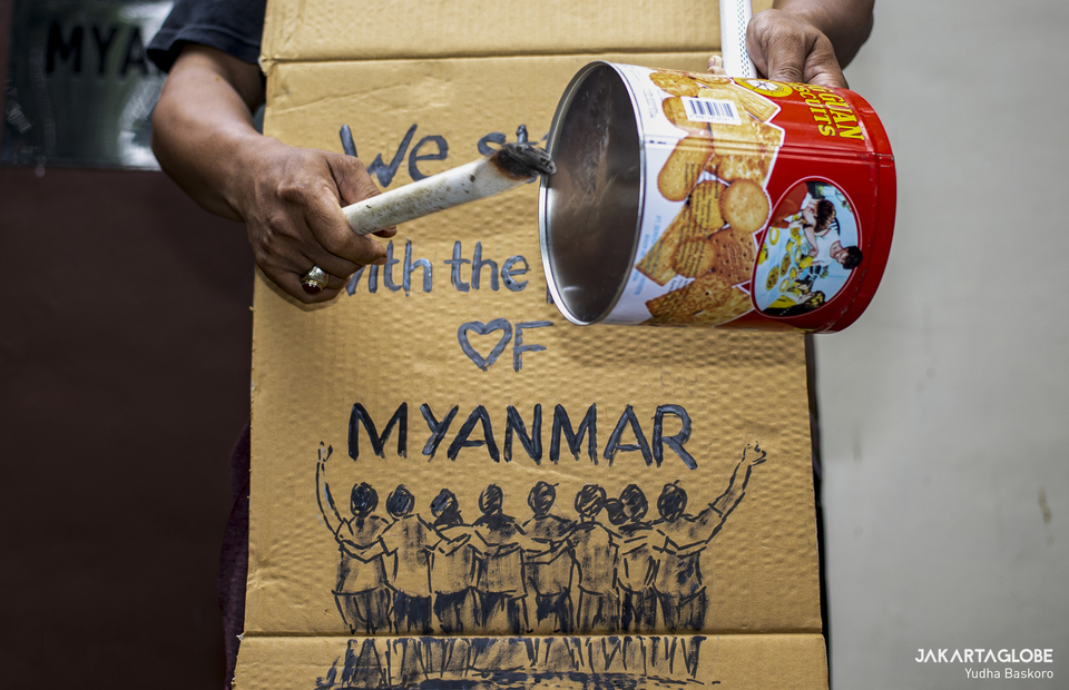 Protester hit an empty cans as a cultural act of solidarity to people of Myanmar in front of Myanmar Embassy in Central Jakarta on Feb, 5, 2021. (JG Photo/Yudha Baskoro)
