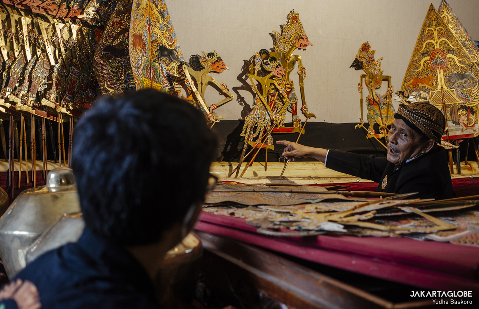 Ki Asman teaches a young shadow puppeteer at Sanggar Nirmala Sari in Depok, West Java on March 14, 2021. (JG Photo/Yudha Baskoro)