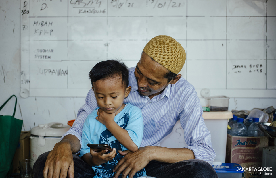 Yayan and his child are seen at the top of Baitussalam Mosque in West Jakarta on March 18, 2021. (JG Photo/Yudha Baskoro)