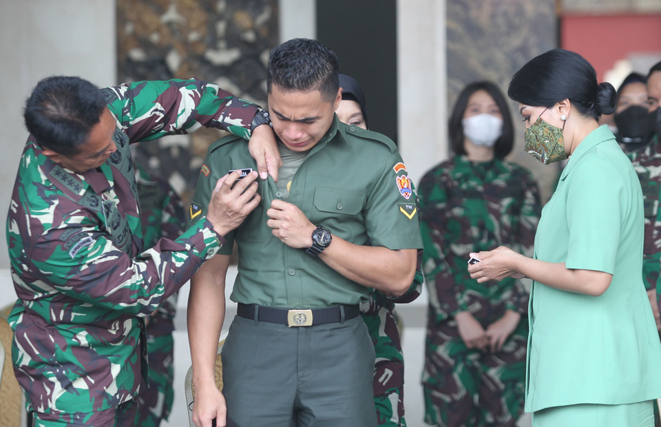 Army Chief of Staff General Andika Perkasa, left, removes the name tag of Aprilia Manganang at the Army headquarters in Central Jakarta. (BeritaSatu Photo/Ruht Semiono)