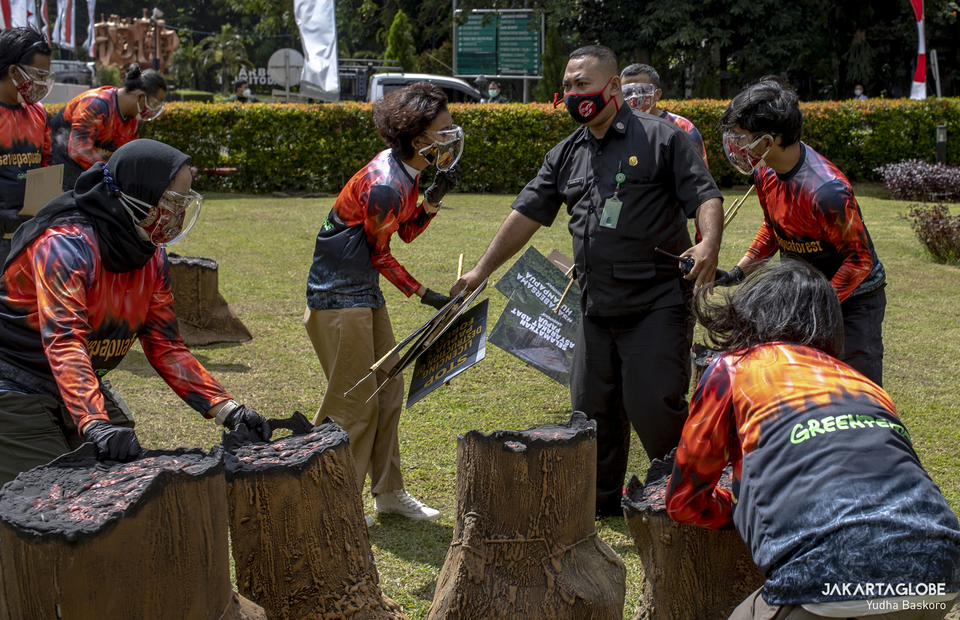 A security personnel tries to dispel greenpeace activists during protest in front of the Environment and Forestry Ministry (KLHK) building in Central Jakarta on April 8, 2021. (JG Photo/Yudha Baskoro)