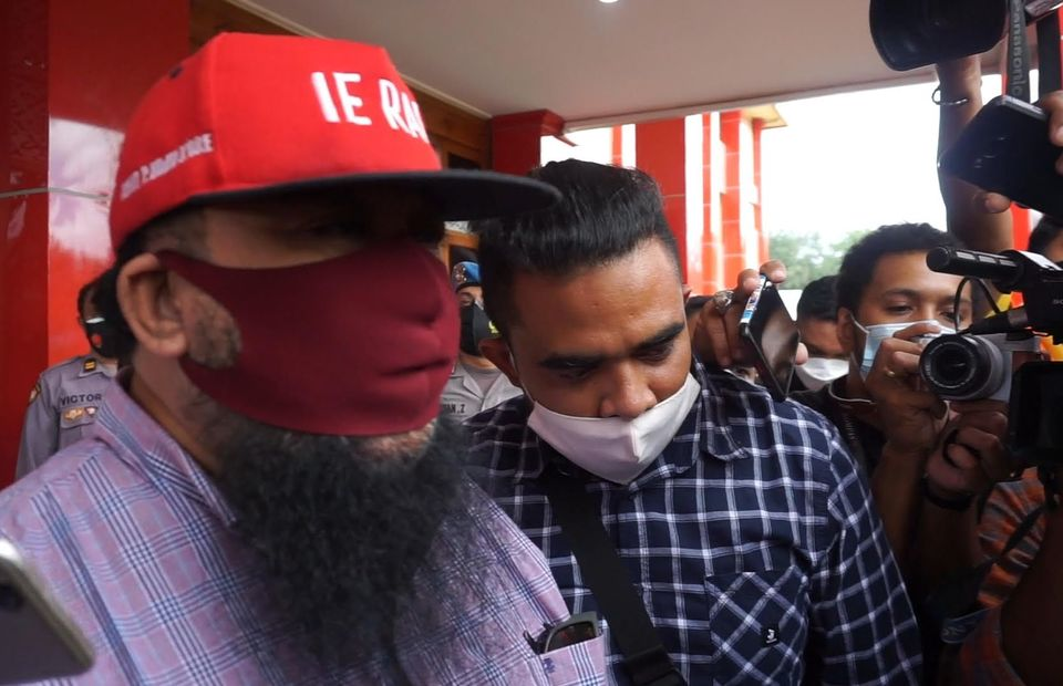 Elected district head Orient Riwu Kore, left, attends police questioning in East Nusa Tenggara concerning his US citizenship on February 5, 2021. (Beritasatu Photo)