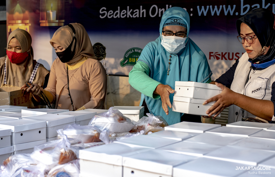 Event committee reparing the free takjil packages in Cempaka Putih, Central Jakarta, on April 19, 2021. (JG Photo/Yudha Baskoro)