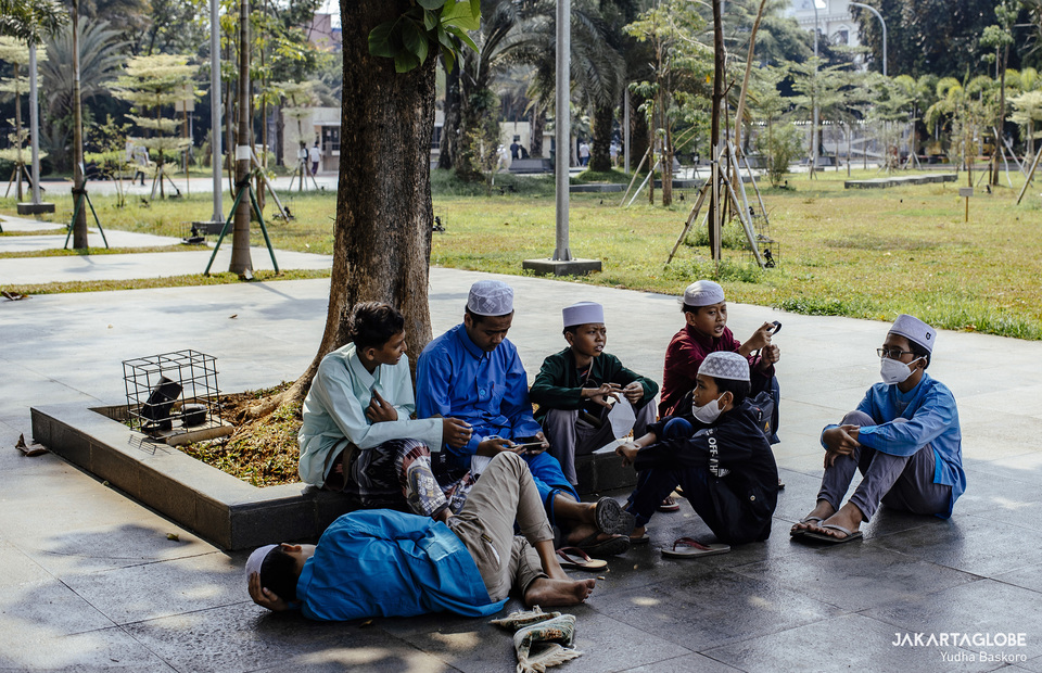 Children hang out outside Istiqlal Mosque before Friday prayer on April 23, 2021. (JG Photo/Yudha Baskoro)