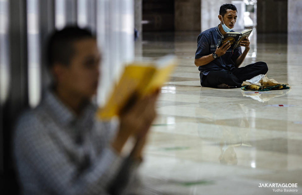 Peoples read Koran and religious book after Friday prayer at Istiqlal Mosque in Central Jakarta on April 23, 2021. (JG Photo/Yudha Baskoro)
