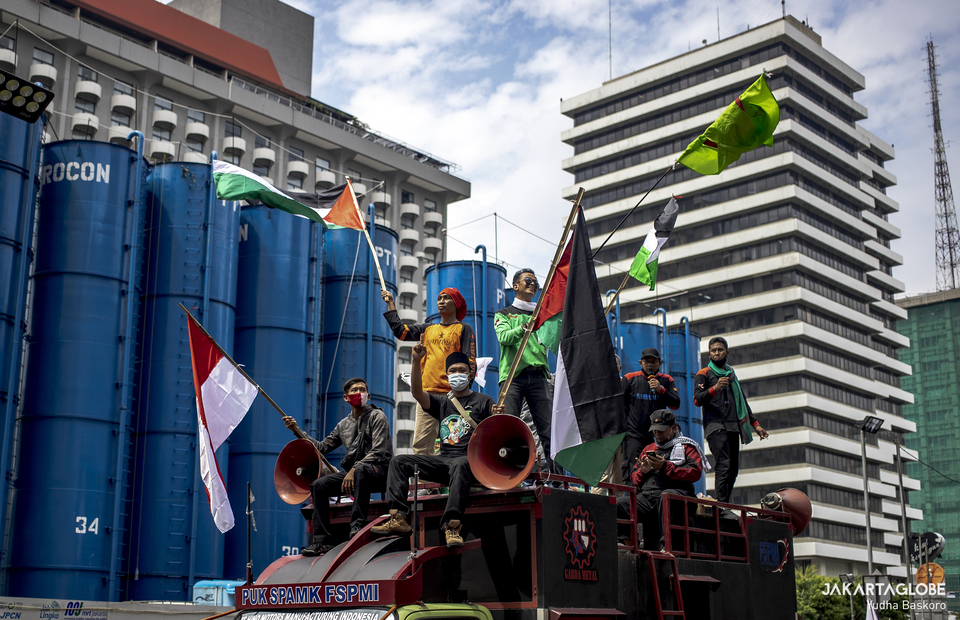 Protesters stand on a command car during protest against Israel outside United Nations building in Central Jakarta on May 18, 2021. (JG Photo/Yudha Baskoro)