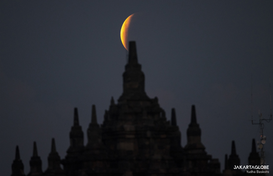 Super Blood Moon was visible over Central Java in the early hours of Wednesday afternoon. The full moon rises over the Plaosan temple, one of the 9th century Buddhist temples during total lunar eclipse in Klaten regency, Central Java on May 26, 2021. (JG Photo/Yudha Baskoro)