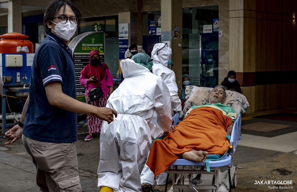 Health workers carry a patient to a makeshift ICU in Bekasi City Hospital in West Java on June 24, 2021. (JG Photo/Yudha Baskoro)
