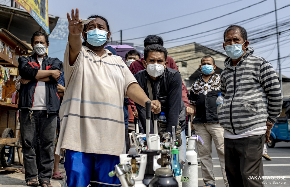 Residents wait in lines as they want to refill oxygen tanks for free at Jalan Minangkabau in South Jakarta on July 15, 2021. (JG Photo/Yudha Baskoro)
