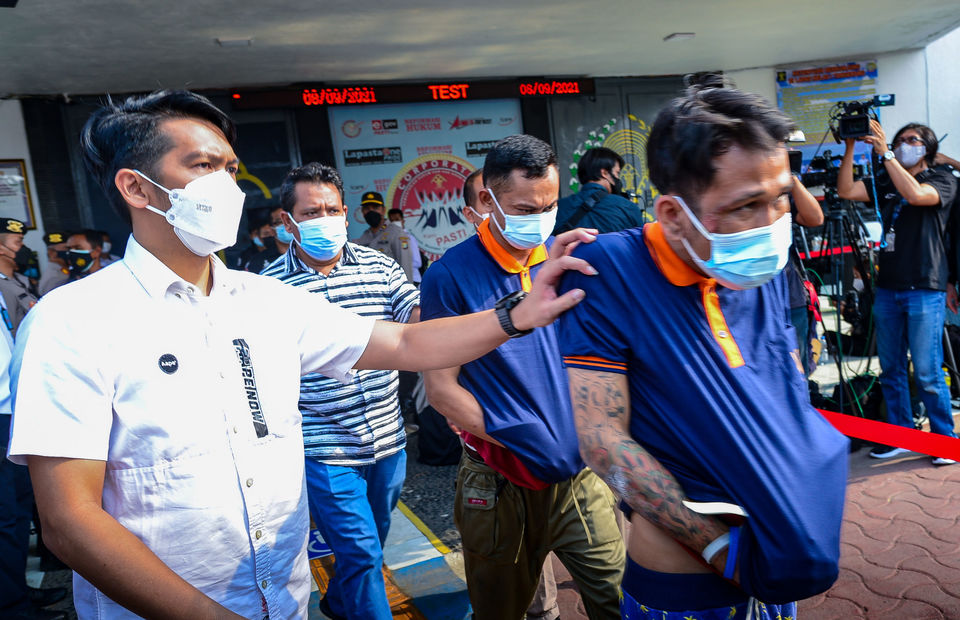 Inmates are evacuated from the Tangerang Penitentiary after the deadly fire that killed 41 prisoners on Sept. 8, 2021. (Ruht Semiono)