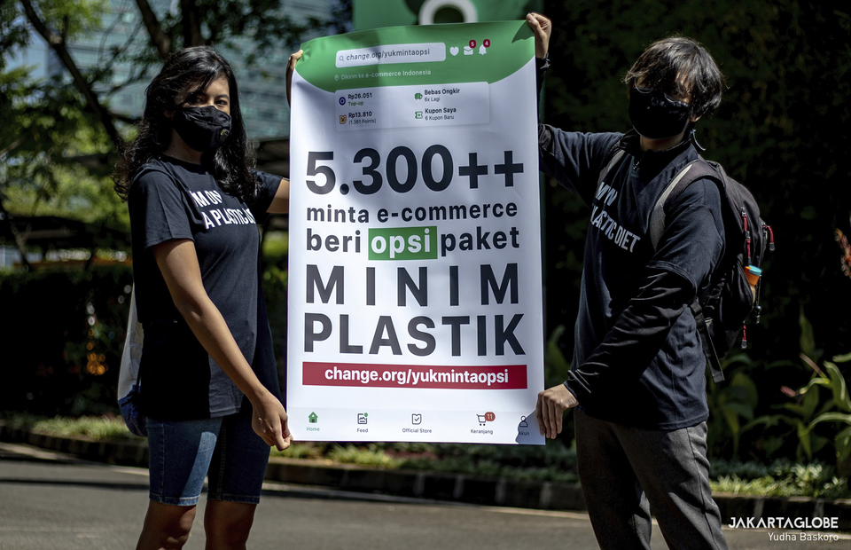 Protesters carry placard that shows a signed petition from change.org in front of Tokopedia building in South Jakarta on September 9, 2021. (JG Photo/Yudha Baskoro)
