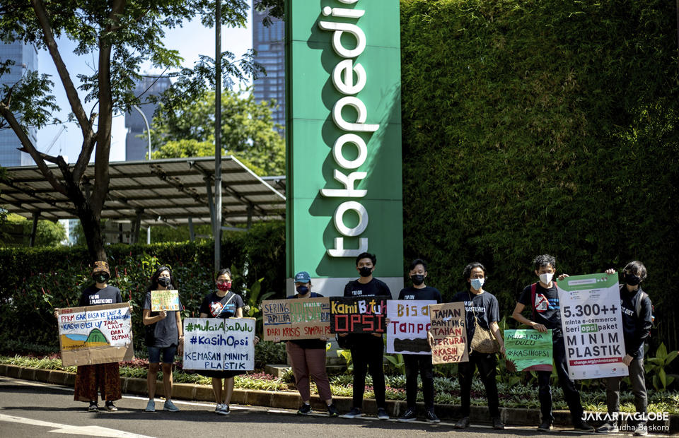 Protesters gather outside Tokopedia tower building in South Jakarta on September 9, 2021. (JG Photo/Yudha Baskoro)