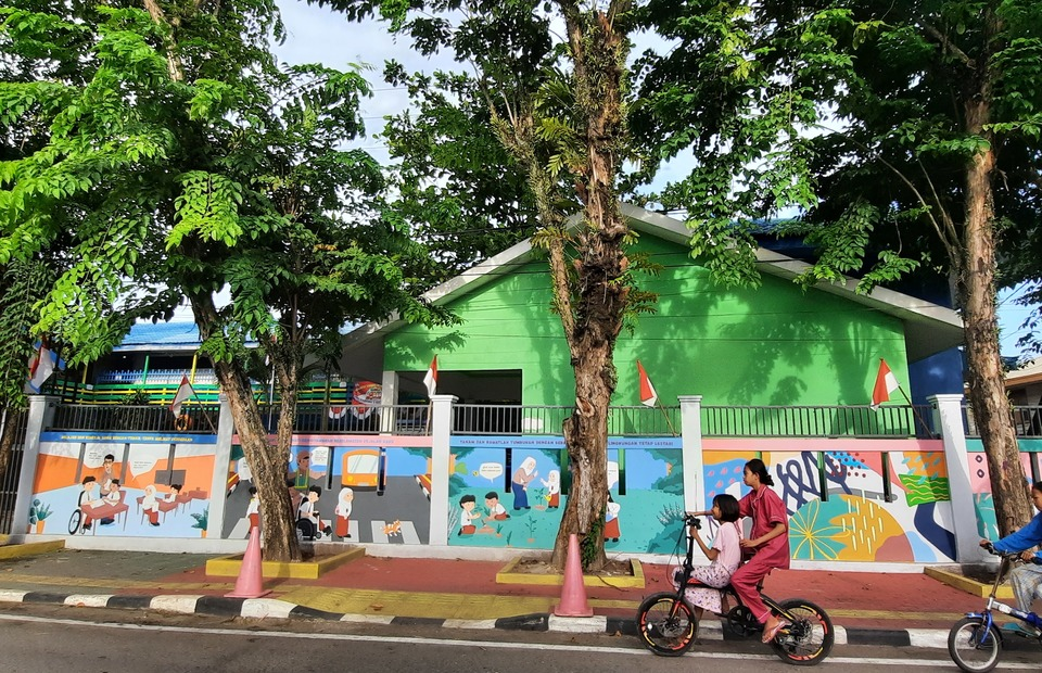 A mural which portrays inclusivity at school at the school gates of SDN Gadang 2 in Banjarmasin. (Photo Courtesy of Kota Kita)