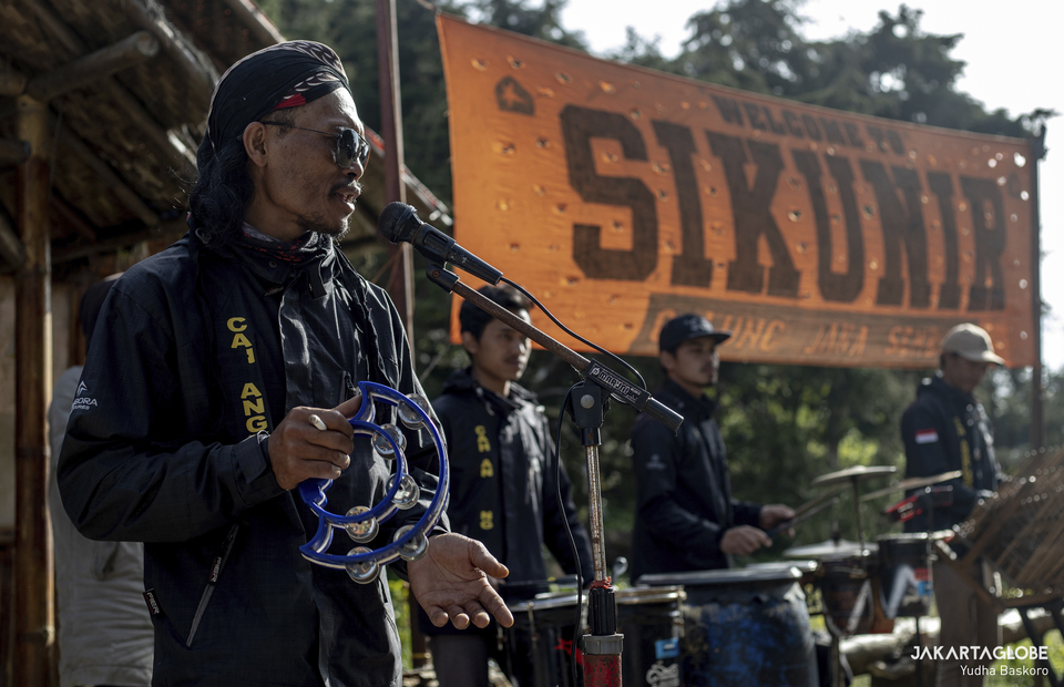 Sikunir Angklung Orchestra show some popular Indonesian song at the hillside of Sikunir Hill at Dieng Plateu in Central Java on October 2, 2021. (JG Photo/Yudha Baskoro)